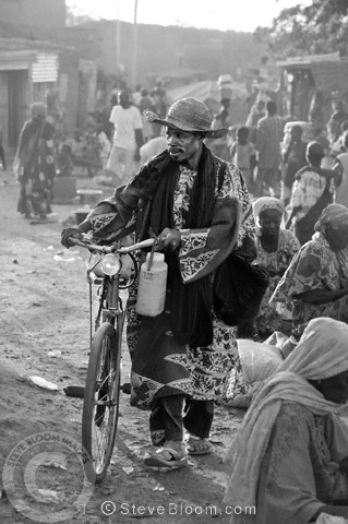 Man walking with his bicycle in the city of S�gou, Mali