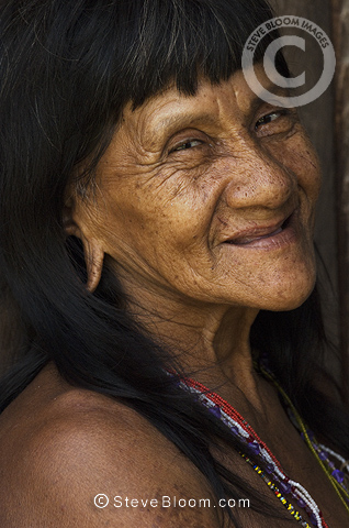 Huaorani Indian woman, Bameno Community, Yasuni National Park, Amazon rainforest, Ecuador, South America.